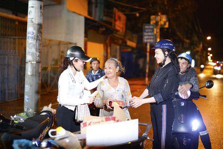 Ngoc Trinh, Phuong Le tang qua trung thu cho nguoi vo gia cu - Anh 4
