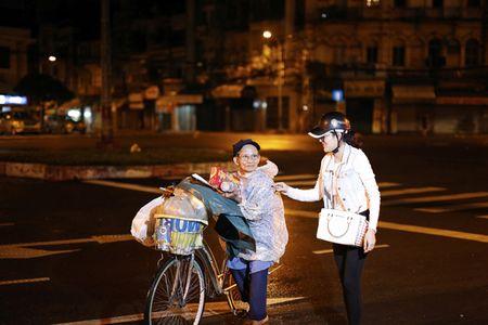 Ngoc Trinh, Phuong Le tang qua trung thu cho nguoi vo gia cu - Anh 5