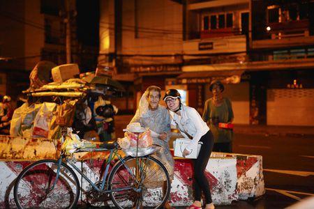 Ngoc Trinh, Phuong Le tang qua trung thu cho nguoi vo gia cu - Anh 6