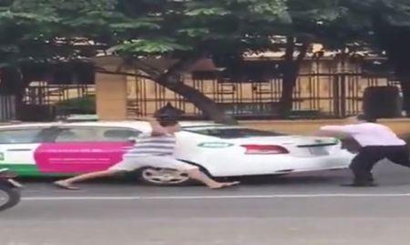 Lai xe 3 banh vac gay duoi danh taxi nao loan Ha Noi - Anh 1