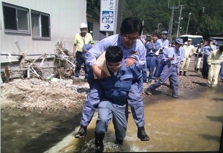 Thu truong Nhat bi chi trich vi bat nhan vien cong qua vung nuoc - Anh 1