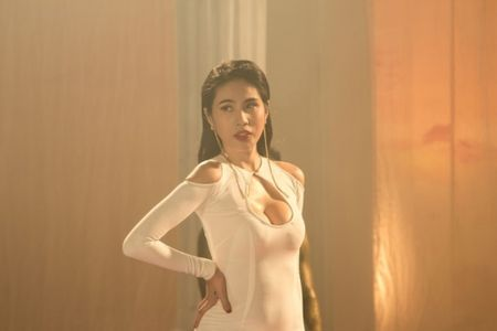 Elly Tran va 3 'me bim sua' sexy dep nhat nhi lang giai tri - Anh 9