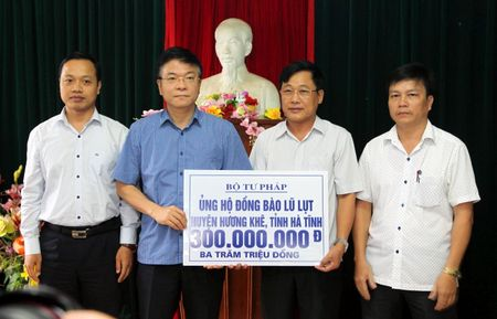 Bo truong Bo Tu phap ho tro nhan dan vung lu hai tinh Quang Binh va Ha Tinh - Anh 3