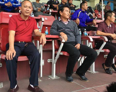 HLV Phan Thanh Hung ra san xem 'gio cang' cac cau thu U.21 Bao Thanh Nien - Anh 1