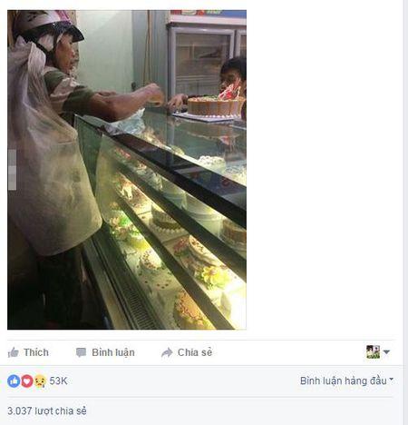 Buc anh nguoi cha ngheo mua banh sinh nhat cho con gay xuc dong cong dong mang - Anh 2