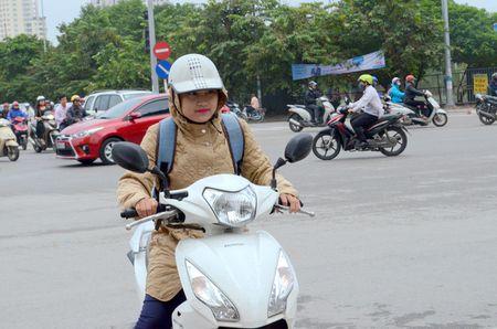Nguoi dan Ha Noi co ro trong cai ret dau mua - Anh 1