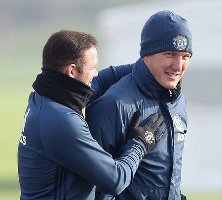 Schweinsteiger tro lai tap cung doi 1 - Anh 2