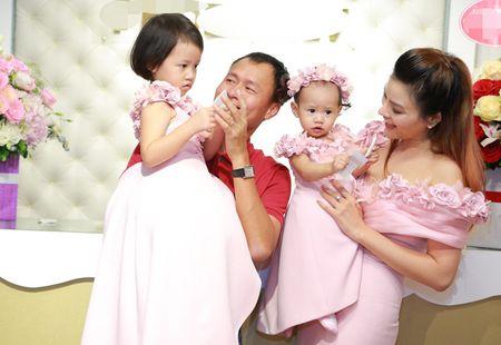 Vo chong Vu Thu Phuong lan dau lo dien cung hai con gai - Anh 5