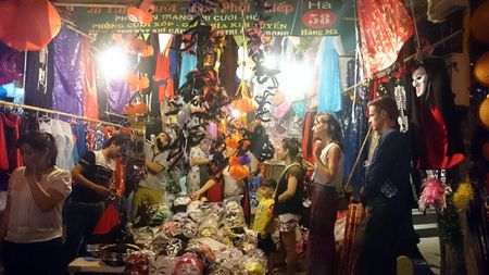 Halloween ngay cang duoc Viet hoa tren duong Ha Noi - Anh 1