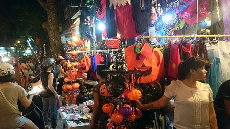 Halloween ngay cang duoc Viet hoa tren duong Ha Noi - Anh 2
