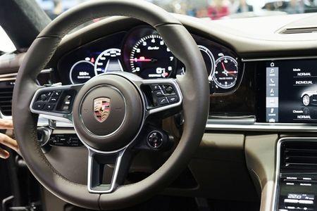 Porsche Panamera Turbo noi bat giua 'san choi' xe nhap - Anh 10