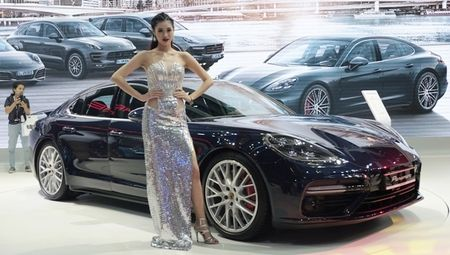 Porsche Panamera Turbo noi bat giua 'san choi' xe nhap - Anh 1
