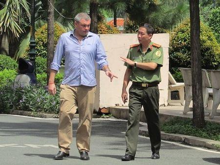 "Vu ong Tay co thu cung vo con: ""Chuyen gia dinh thoi"" - Anh 1"