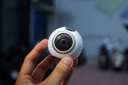 Can canh Samsung camera Gear 360 gia 7 trieu dong - Anh 1