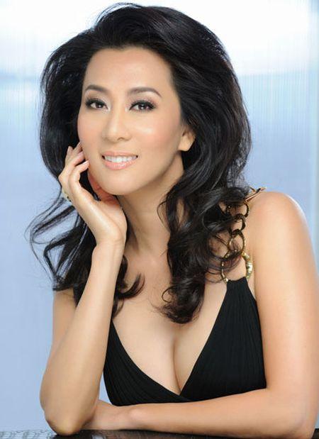 Trang phuc ton duong cong cua MC Ky Duyen o tuoi 50 - Anh 1