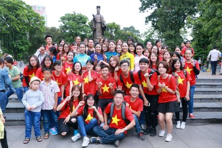 Dan Hoa hau, A hau cung nhay flashmob gay 'nao loan' Ho Guom sang som - Anh 11