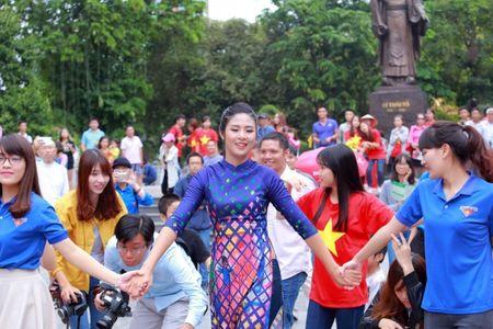 Dan Hoa hau, A hau cung nhay flashmob gay 'nao loan' Ho Guom sang som - Anh 3
