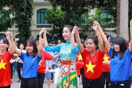 Dan Hoa hau, A hau cung nhay flashmob gay 'nao loan' Ho Guom sang som - Anh 4