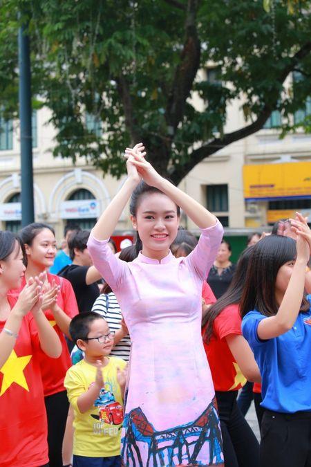 Dan Hoa hau, A hau cung nhay flashmob gay 'nao loan' Ho Guom sang som - Anh 6