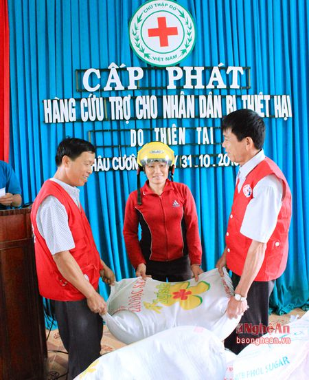 Cap phat 3,6 tan gao cho nguoi dan bi thiet hai do lu lut - Anh 1