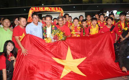 U.19 Viet Nam duoc chao don nhu nhung nguoi hung - Anh 1
