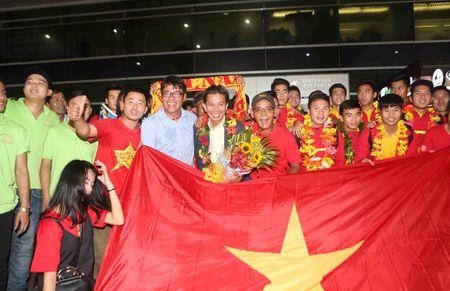U.19 Viet Nam duoc chao don nhu nhung nguoi hung - Anh 5