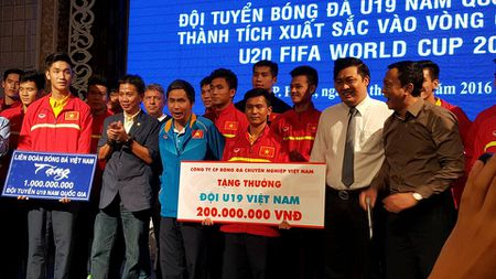 Ve nuoc, tuyen U19 Viet Nam nhan mua tien thuong - Anh 1