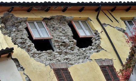 Dong dat manh, Italy do nat nhu bi danh bom - Anh 6