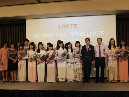 Lotte trao hoc bong cho sinh vien Viet Nam - Anh 1