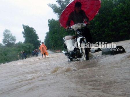 Quang Binh: Mua lon, lu chong lu, hang tram nha dan bi ngap - Anh 1