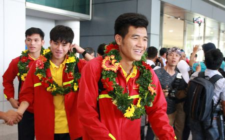 U19 Viet Nam duoc nguoi ham mo chao don nong nhiet trong ngay tro ve - Anh 4