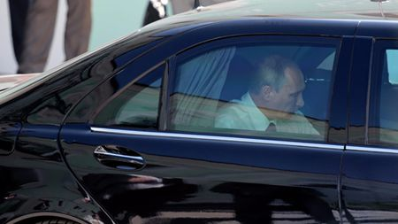Sieu xe chong dan cua Tong thong Putin rao ban gia 'khung' - Anh 1