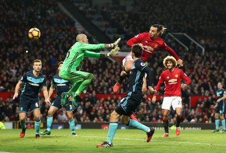 TRANH CAI: Trong tai lai 'am' Man Utd, Ibrahimovic mat oan ban thang - Anh 1