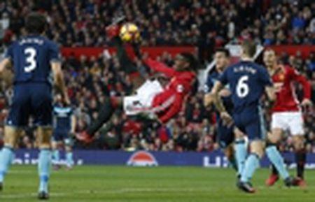 TRANH CAI: Trong tai lai 'am' Man Utd, Ibrahimovic mat oan ban thang - Anh 2