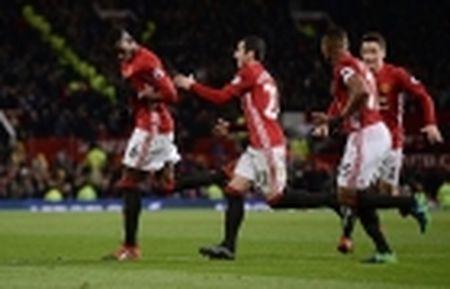 TRANH CAI: Trong tai lai 'am' Man Utd, Ibrahimovic mat oan ban thang - Anh 3