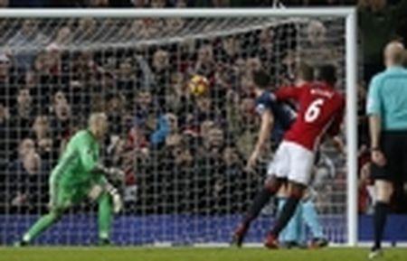 TRANH CAI: Trong tai lai 'am' Man Utd, Ibrahimovic mat oan ban thang - Anh 4