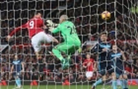 TRANH CAI: Trong tai lai 'am' Man Utd, Ibrahimovic mat oan ban thang - Anh 5