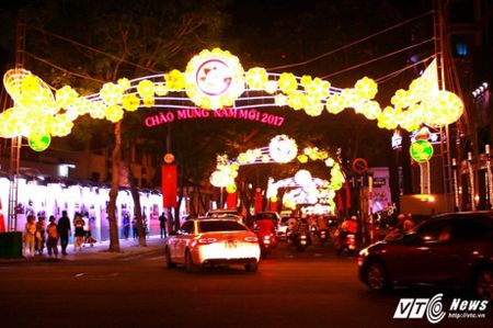 TPHCM long lay, lung linh trong dem giao thua 2017 - Anh 3