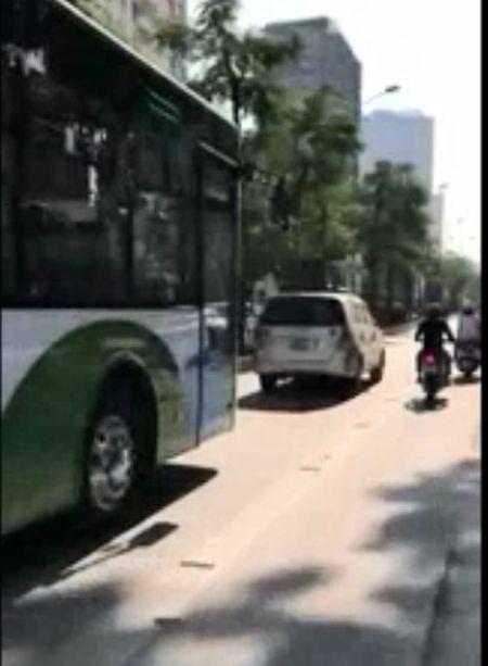O to nghenh ngang chan dau buyt nhanh BRT gay phan no - Anh 1