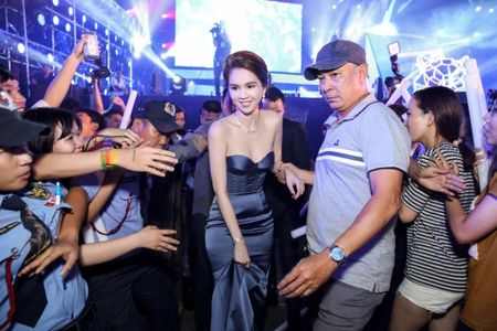 Ngoc Trinh khoe kim cuong do ty phu Hoang Kieu moi tang - Anh 1