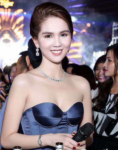 Ngoc Trinh khoe kim cuong do ty phu Hoang Kieu moi tang - Anh 2