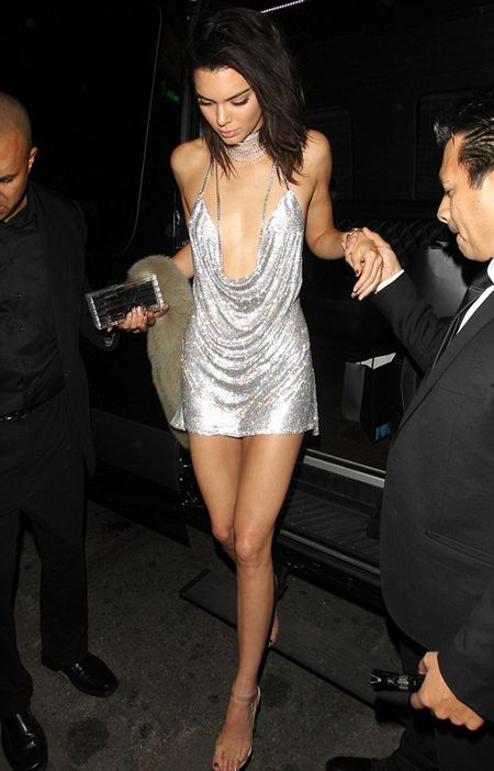 Vay 'kiem vai' cua Kendall Jenner hot dien dao voi hang loat ban an theo - Anh 1