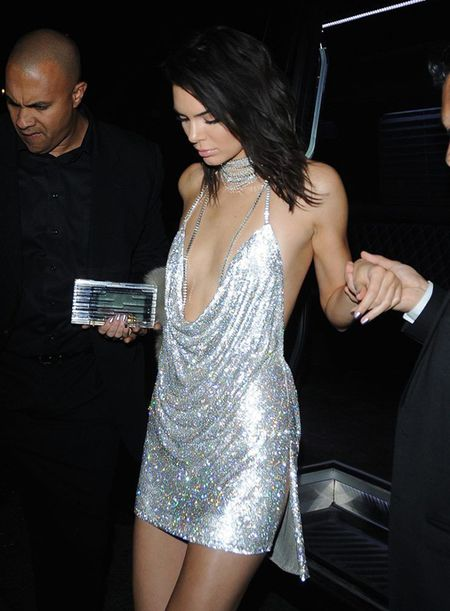 Vay 'kiem vai' cua Kendall Jenner hot dien dao voi hang loat ban an theo - Anh 2