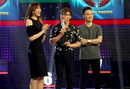 Giong ai giong ai: Roi Tran Thanh, Hari Won 'chung hung' ra ve tay khong - Anh 1