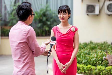 Hoa hau Thu Thuy rang ro lam MC thoi su ngay dau nam - Anh 5
