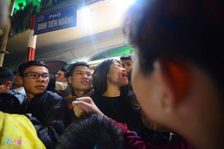 Xe cap cuu mac ket trong bien nguoi don nam moi o Ho Guom - Anh 14