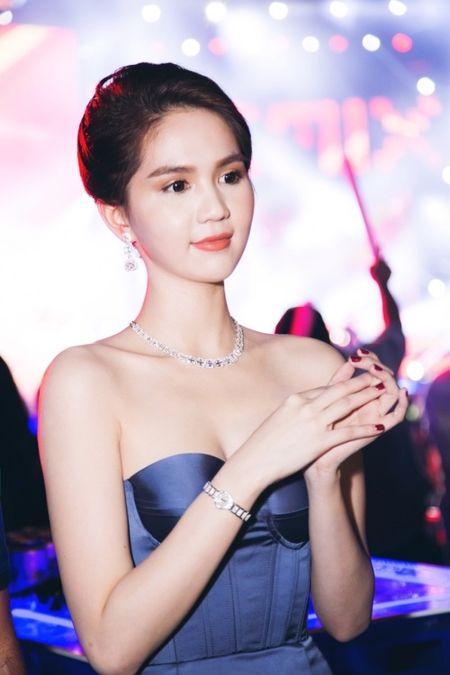 Ngoc Trinh khoe trang suc kim cuong ty phu Hoang Kieu moi tang - Anh 4