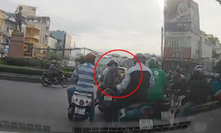 Camera oto chop canh dan dung dung xe cuop cua giua Sai Gon - Anh 1