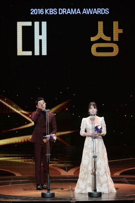 Dan mang Han ha he khi cuoi cung Song Joong Ki va Song Hye Kyo cung gianh Daesang - Anh 1