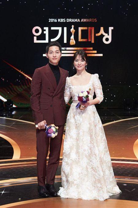 Dan mang Han ha he khi cuoi cung Song Joong Ki va Song Hye Kyo cung gianh Daesang - Anh 2